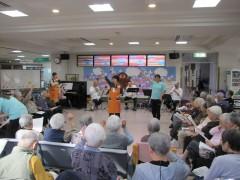 生演奏に合わせ歌や踊りで若さをキープ!